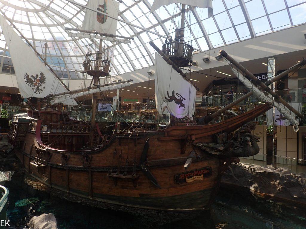 Was hat die Santa Maria hier in der Mall zu suchen?