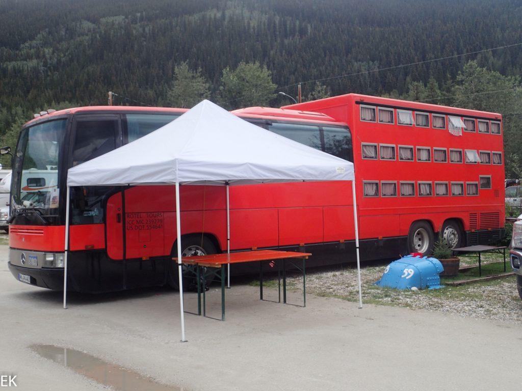 Unsere Nemesis: Der Rote Bus mit den Schlafkisten!