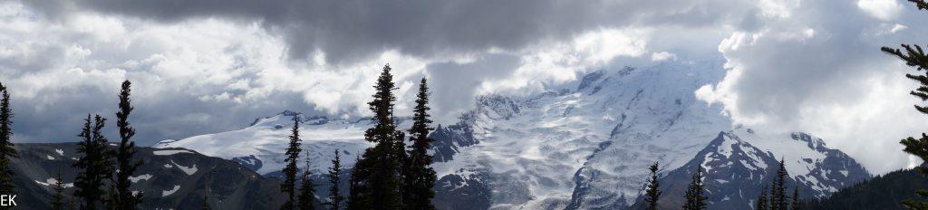 Panorama mit Mt. Rainier in den Wolken