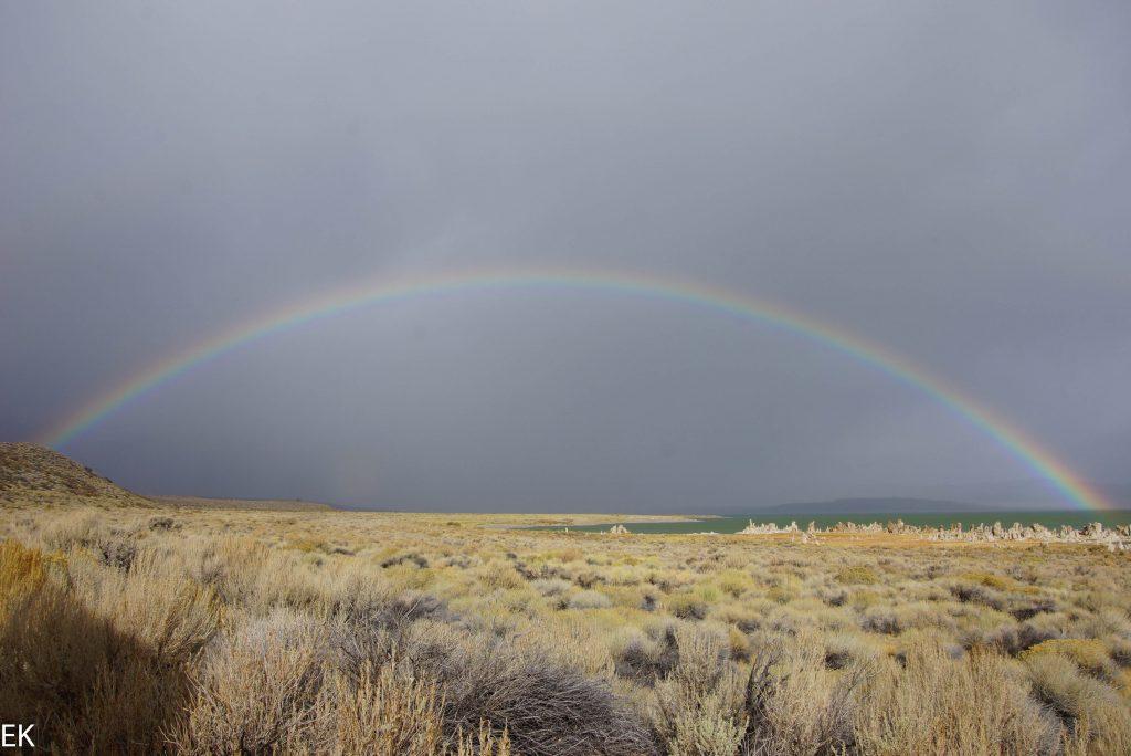 Regenbogen über dem Mono Lake