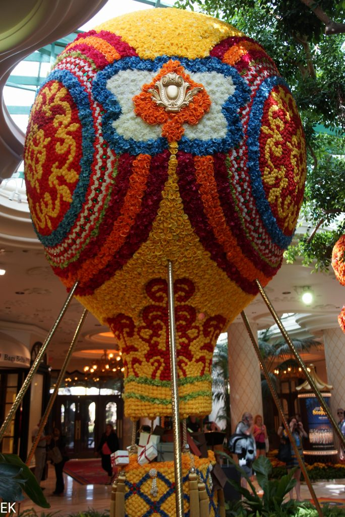 Der ganze Ballon ist mit frischen Blumen besetzt